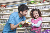 Pai e filha às compras no supermercado — Fotografia Stock