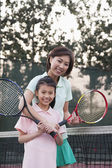 Mother and daughter playing tennis — Stock Photo
