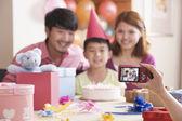 семья, их сфотографироваться в день рождения их сына — Стоковое фото