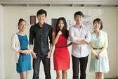 Retrato de cinco empresários no escritório criativo — Fotografia Stock