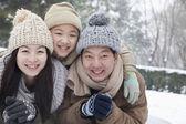 Família deitado na neve — Fotografia Stock