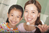 Mother and Daughter Brushing Teeth Together — Stockfoto
