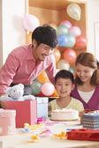 Familj firar sons födelsedag — Stockfoto