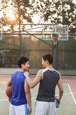 Przyjaciele będzie wrócić do domu po gra w koszykówkę — Zdjęcie stockowe