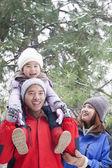 Vater Tochter auf den Schultern tragen, im winter — Stockfoto