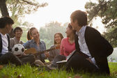 Teenagers hanging out in the park — Stock Photo