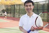 Hombre adulto jugando al tenis — Foto de Stock