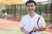 Yetişkin erkek tenis oynamaya — Stok fotoğraf