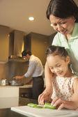 Familie vorbereitung abendessen — Stockfoto