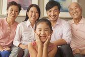 Intergenerationele familie glimlachen — Stockfoto
