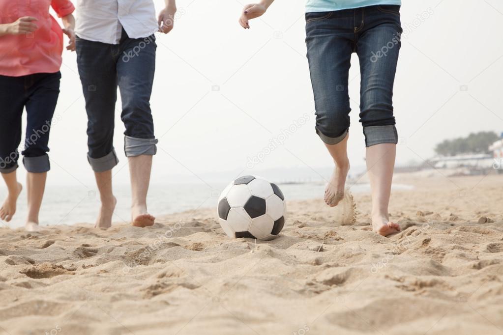 Играть футбол друзьями