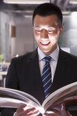 Empresario leyendo un libro — Foto de Stock