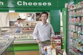 Man shopping in supermarket — Stock Photo