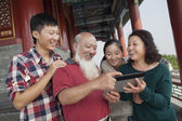 Chinese Family Looking At Digital Tablet In Jing Shan Park — Stock Photo
