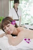 Woman Receiving Hot Stone Massage — Stockfoto