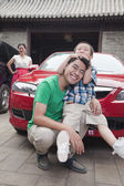 Family with Their Car — Stockfoto
