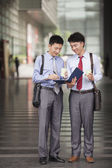 Two young businessmen working outdoor — Stockfoto