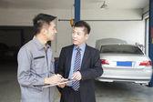 Garage Mechanic Explaining to Customer — Stock Photo