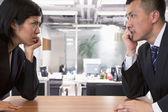 Zwei Geschäftsleute, die gegenseitig anstarren — Stockfoto
