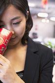 Empresária investigando envoltória vermelha tradicional — Fotografia Stock