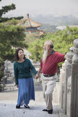 Old Couple Walking In Jing Shan Park — Stock Photo