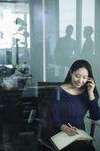 Mulher de negócios ao telefone no escritório — Fotografia Stock