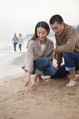Couple Picking Up Starfish on the Beach — Stock Photo