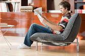 Man lezen van een krant — Stockfoto