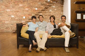 Familie op een sofa — Stockfoto