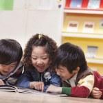 儿童阅读 — 图库照片