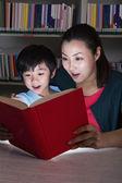 Ragazzo e insegnante sorpreso dal libro incandescente — Foto Stock