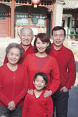 Multi-generation Family in Traditional Chinese Courtyard — Stock Photo