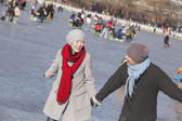 Young Couple Ice Skating — Stock Photo