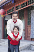 Father and son by a tradition Chinese building — Stock Photo