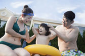 Family by the poolside — Foto Stock