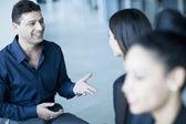Obchodní přátelé mluvit mezi sebou — Stock fotografie