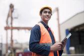 Junger Arbeitnehmer in einem Frachthafen — Stockfoto