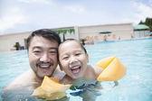 Ojciec i syn w puli na wakacje — Zdjęcie stockowe