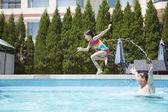 Ojciec rzucając córka w basenie — Zdjęcie stockowe
