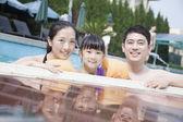 Famille dans la piscine — Photo