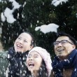 Family enjoying a snowy day — Stockfoto