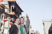 Young couple sightseeing — Stock Photo