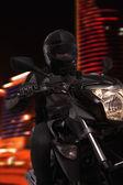 Homme conduisant une moto dans la nuit — Photo