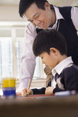 Profesor ayudando a colegial con artes y oficios — Foto de Stock