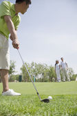 Man hitting a ball on the golf course — Stock Photo