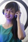 Female DJ playing music in a nightclu — Stock Photo