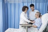 Docteur assurer le patient — Photo