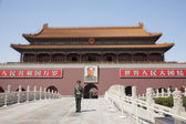 Gate of Heavenly Peace with Mao's Portrait and guard — Stock Photo