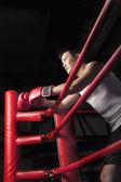 放他双肘支在环侧面的拳击手 — 图库照片
