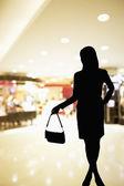 Silueta ženy stojící v nákupní centrum — Stock fotografie